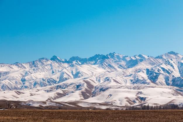 Montagnes avec neige fondante