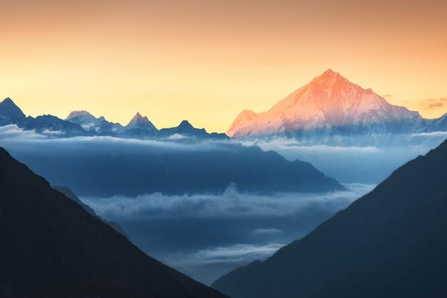 Montagnes et nuages bas au lever du soleil coloré au népal