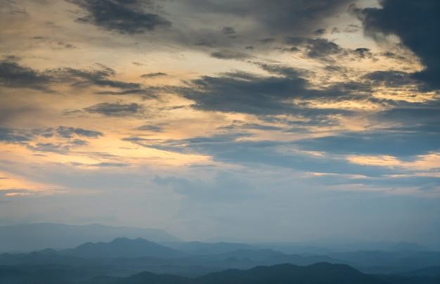 Montagnes avec des nuages d'or au-dessus