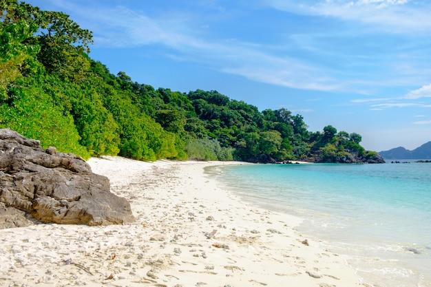 Les montagnes et les paysages marins avec ciel bleu, îles: lord loughborough, myanmar