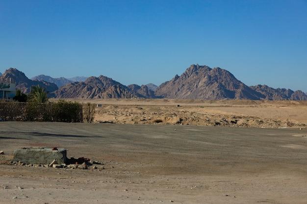 Montagnes de la péninsule du sinaï près de la ville de charm el-cheikh, egypte.