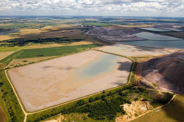 Montagnes de produits pour la production de sel de potasse et de réservoirs artificiels. montagnes de sel près de la ville de soligorsk. production d'engrais pour la terre. biélorussie.