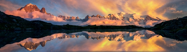 Montagnes reflétées sur un lac dans les alpes françaises, chamonix au lever du soleil