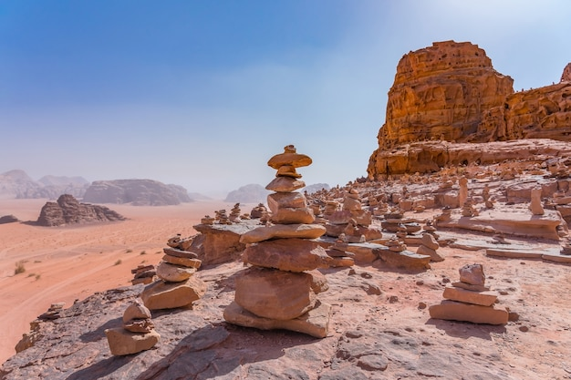 Les montagnes rouges du désert de wadi rum en jordanie
