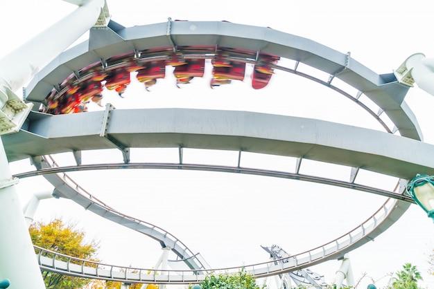 Montagnes russes dans le parc thématique à osaka, au japon.