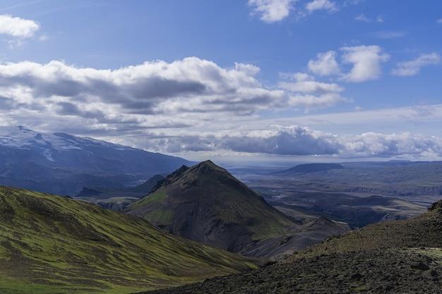 Montagnes sous un ciel blanc et bleu