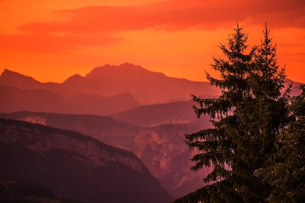 Montagnes sunset background