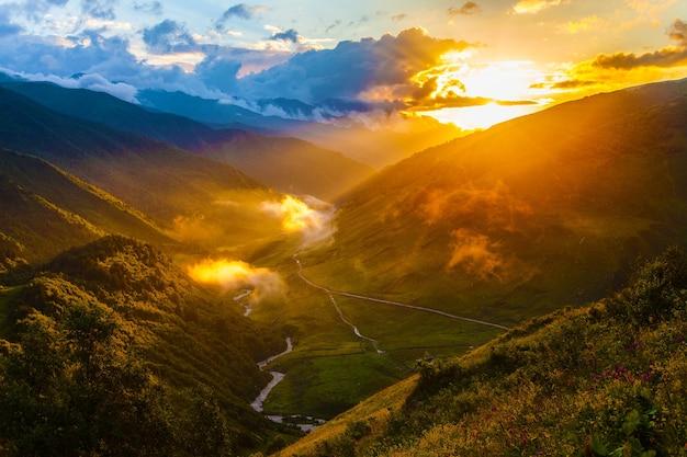 Montagnes svaneti en géorgie. paysage du caucase