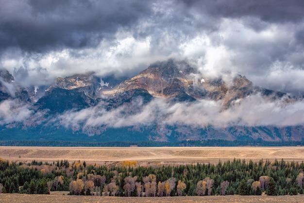 Montagnes teton un jour d'automne pluvieux avec une faible couche de nuages