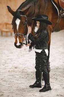 Monter à cheval. kid étudiant travaille avec cheval.