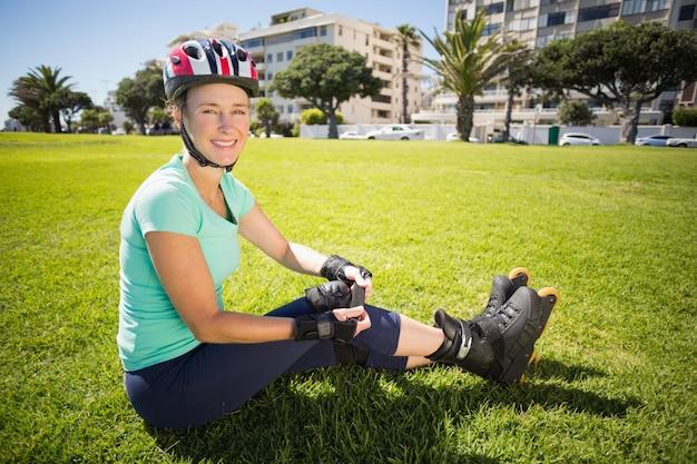 Monter la femme mature en rollers sur l'herbe