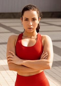 Monter la jeune femme en vêtements de sport posant