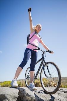 Monter un joli cycliste sur un terrain rocheux