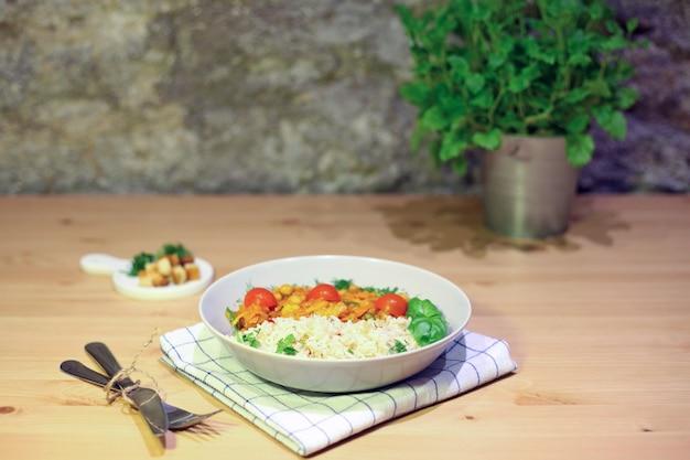 Monter avec des légumes frais dans une casserole. fond de risotto de foog sain asiatique. la nourriture végétarienne