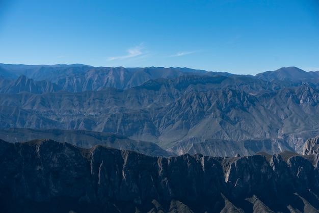 Monterrey nuevo león méxico vue aérienne de la chaîne de montagnes chipinque contre le ciel nuageux.