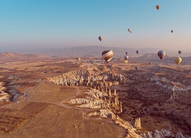 Montgolfière en cappadoce au lever du soleil