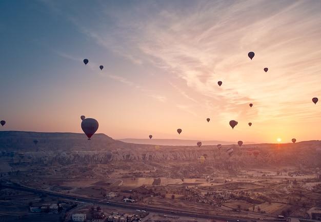 Montgolfière en cappadoce au lever du soleil.