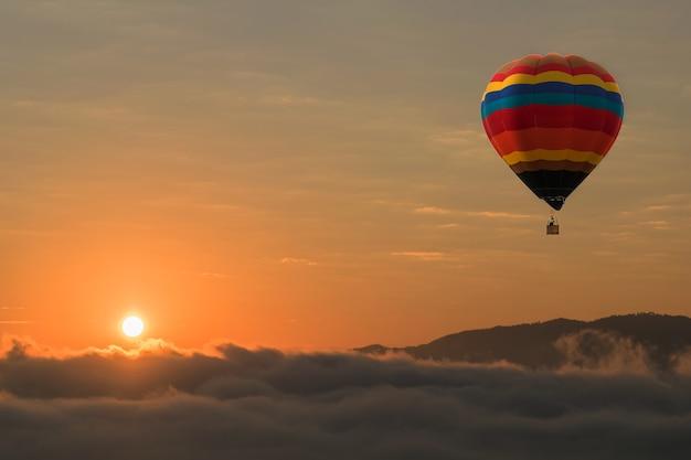 Montgolfière dans le ciel fond de coucher de soleil pour la conception