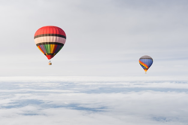 Montgolfière dans le ciel et les nuages