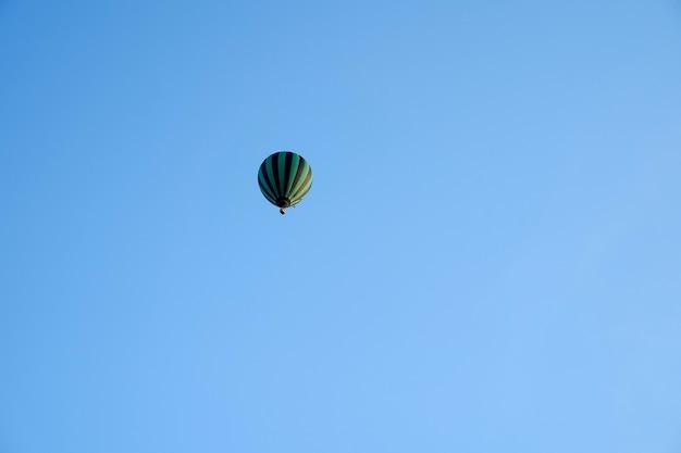 Montgolfière haut dans un ciel bleu