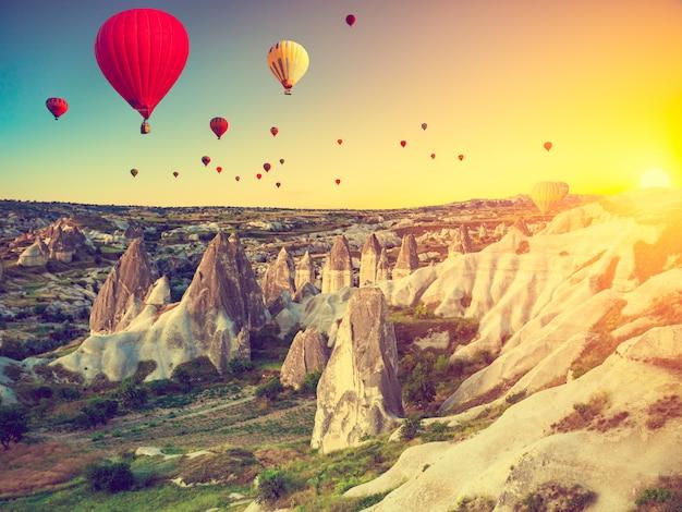 Montgolfières au-dessus de la cappadoce