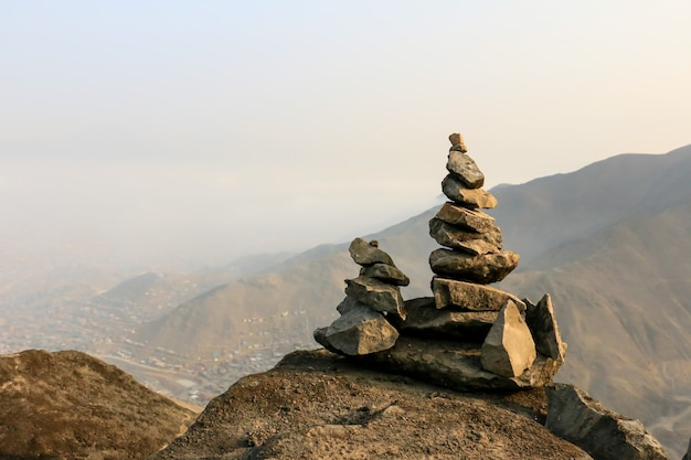 Monticule apacheta de pierres offrande faite par les peuples des andes à la pachamama