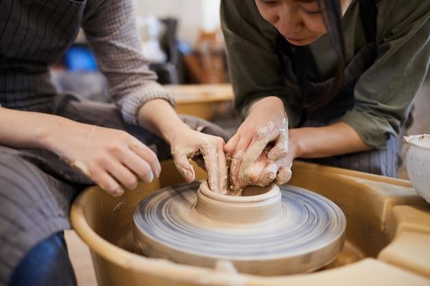 Montrant comment mouler un plat en argile