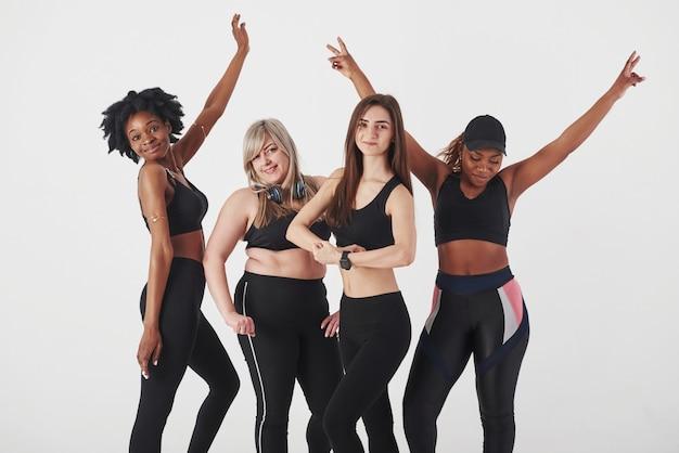 Montrant les corps. groupe de femmes multiethniques debout