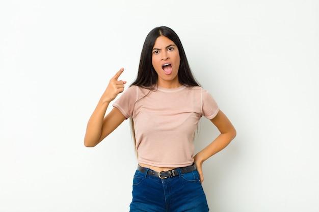 Montrant une expression agressive en colère ressemblant à un patron furieux et fou