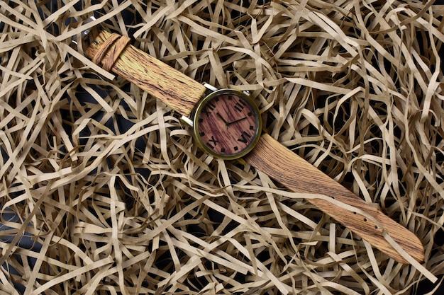 Montre-bracelet sur fond paille clair