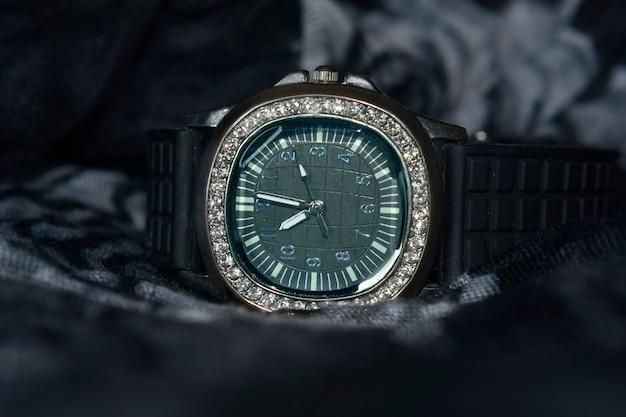 Montre-bracelet de luxe décorée de diamants