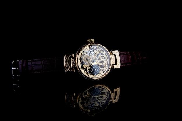 Montre-bracelet de luxe pour homme sur fond noir