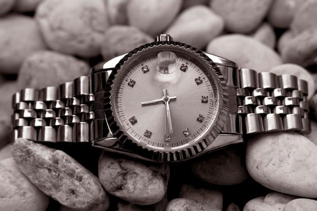 Montre-bracelet posh, posée sur un sol en verre scintillant