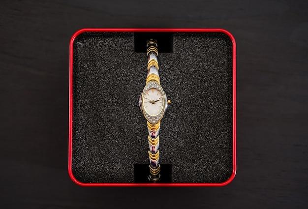Montre-bracelet pour femme dans une boîte rouge
