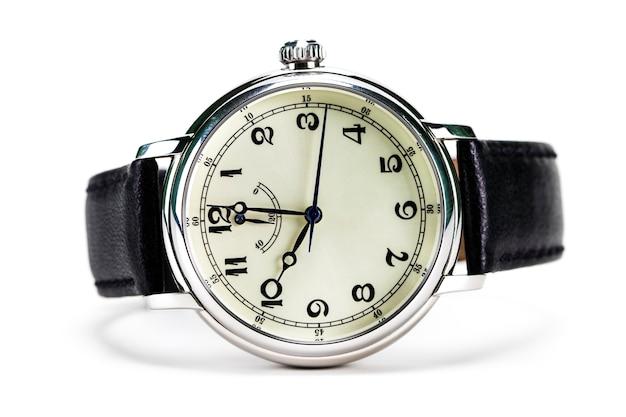 Montre-bracelet pour hommes isolé sur fond blanc.