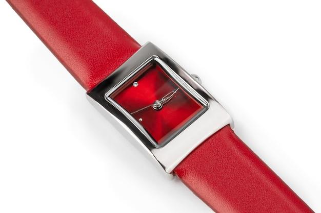 Montre-bracelet à Quartz Pour Femmes Avec Bracelet En Cuir Rouge Sur Fond Blanc Photo Premium
