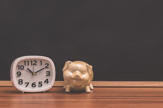 Montre et concept d'argent d'épargne de porc
