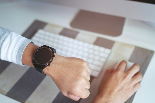 Montre de créateur gros plan sur la main de l'homme d'affaires, il regarde l'heure et se dépêche