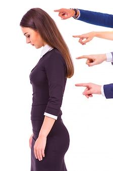 Montre les doigts sur la femme d'affaires triste.