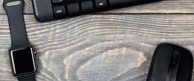 Montre intelligente au travail, clavier, souris