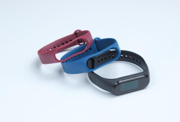 Montre intelligente avec bracelets interchangeables sur fond blanc. traqueur de fitness. gadgets modernes