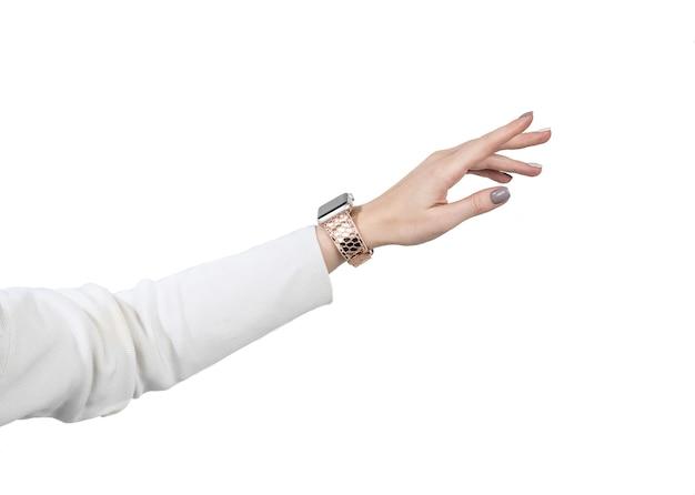 Montre intelligente sur la main de la fille dans un pull blanc. isoler sur fond blanc