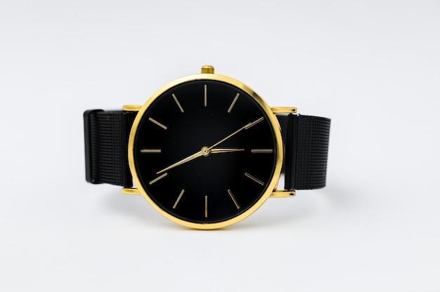 Montre de luxe isolée sur fond blanc avec chemin de détourage montre en or montre femme montre femme