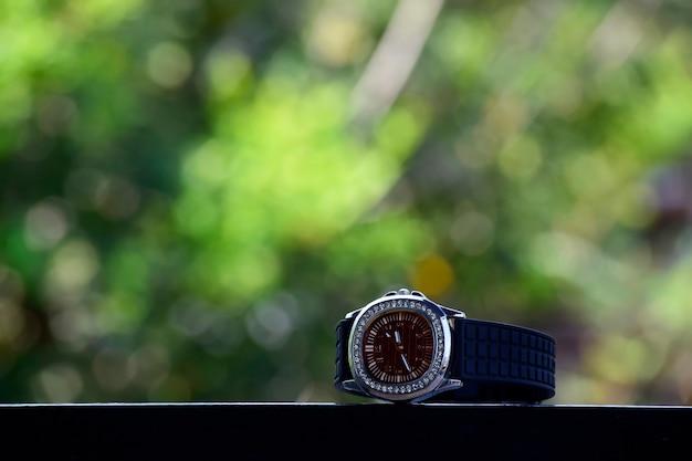 Montre de luxe placée au sol est une montre chère. pour la vie et les gens avec des goûts