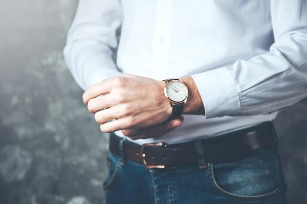 Montre de main de jeune homme d'affaires
