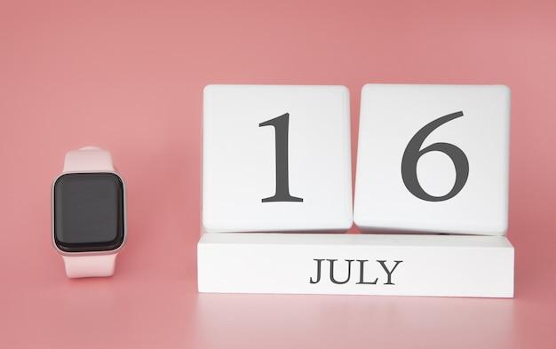 Montre moderne avec calendrier cube et date 16 juillet sur mur rose. vacances d'été de concept.