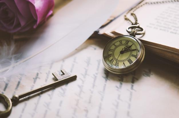 Montre de poche antique et vieille clé vintage avec ton vintage