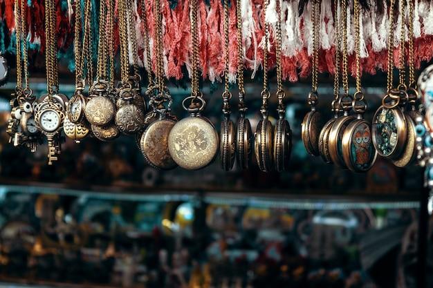 Montre de poche sur chaîne suspendue dans une boutique de souvenirs