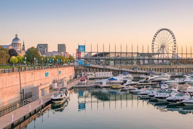 Montréal, canada - 21 septembre 2019 : vieux port avec bateaux dans la ville de montréal dans la région du québec au canada