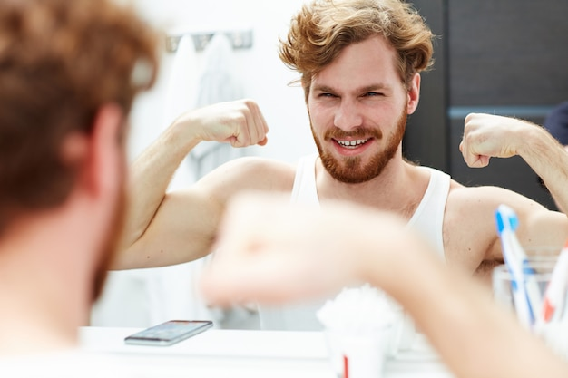 Montrer les biceps